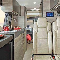 Los asientos del conductor y del acompañante se pueden girar hacia el interior del vehículo.