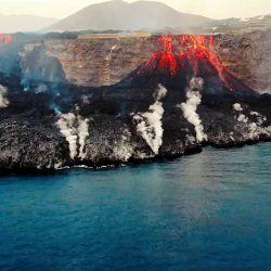 Esta captura de imagen tomada de un vídeo facilitado por el Instituto Español de Oceanografía (IEO-CSIC) muestra una toma aérea desde el buque oceanográfico Ramón Margalef del delta formado en la costa a partir de la lava del volcán Cumbre Vieja, en la isla canaria de La Palma.   Foto:Handout / IEO-CSIC (Instituto Español de Oceanografía) / AFP