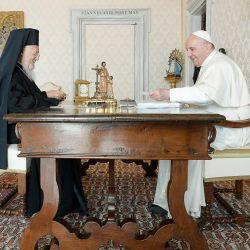 Esta foto muestra al Papa Francisco y al patriarca ecuménico Bartolomé I de Constantinopla durante una audiencia privada en El Vaticano.   Foto:Handout / VATICAN MEDIA / AFP