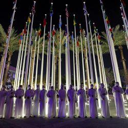 Hombres emiratíes se alinean para dar la bienvenida a los visitantes en la ceremonia de inauguración de la Expo 2020 de Dubai.   Foto:Giuseppe Cacace / AFP