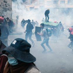 Personas huyen del gas lacrimógeno durante un enfrentamiento entre policías y cocaleros de los Yungas previo a que los cocaleros lograran tomar la sede de la Asociación Departamental de Productores de Coca, en La Paz, Bolivia.   Foto:Xinhua/Mateo Romay