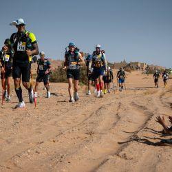 Unos niños aplauden mientras los competidores participan en la etapa 2 de la 35ª edición del Marathon des Sables entre Tisserdimine y Kourci Dial Zaid, en el sur del desierto del Sahara marroquí.   Foto:JEAN-PHILIPPE KSIAZEK / AFP