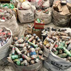 """Las famosas """"botellas de amor"""", usadas en construcción y armado de huertas."""