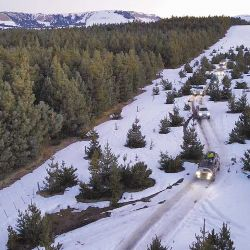 El atardecer cae sobre el desierto nevado de Villa Pehuenia. La caravana de 11 camionetas regresa camino al alojamiento luego de un intenso día de abrir huellas en la nieve y disfrutar lugares imposibles de conocer si no es a bordo de una 4x4.