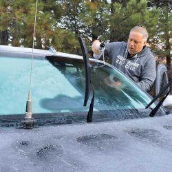 Limpieza de parabrisas con agua natural, una constante de cada mañana.