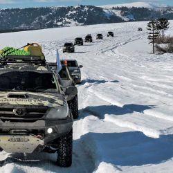 La camioneta de Mainumby4x4 lidera la travesía abriendo camino en la nieve  junto a la del guía local.