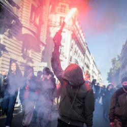 Miles de personas participan en una manifestación convocada por los sindicatos franceses en el marco de una jornada nacional por la mejora de las condiciones de trabajo y contra las reformas de las pensiones y los fondos de desempleo, en Nantes, oeste de Francia.   Foto:LOIC VENANCE / AFP