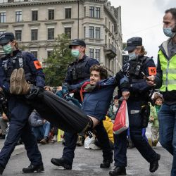 Agentes de policía detienen a un manifestante afiliado al movimiento ecologista global Extinction Rebellion durante una protesta en Zúrich.   Foto:Fabrice Coffrini / AFP