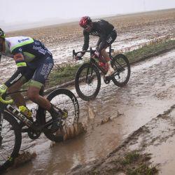 El holandés Wesley Kreder y el noruego Alexander Kristoff compiten durante la 118ª edición de la carrera ciclista clásica de un día París-Roubaix, entre Compiegne y Roubaix, en el norte de Francia.   Foto:Anne-Christine Poujoulat / AFP