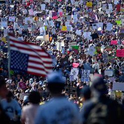 """Manifestantes participan en la Marcha de las Mujeres y la Concentración por la Justicia del Aborto en Washington, DC. - La batalla por el derecho al aborto salió a las calles de todo Estados Unidos, con cientos de manifestaciones previstas en el marco de una nueva """"Marcha de las Mujeres"""" destinada a contrarrestar una ofensiva conservadora sin precedentes para restringir la interrupción del embarazo.   Foto:ANDREW CABALLERO-REYNOLDS / AFP"""