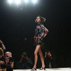 Una modelo presenta una creación de Chanel durante el desfile de la colección femenina Primavera-Verano 2022 Ready-to-Wear como parte de la Semana de la Moda de París,   Foto:Christophe Archambault / AFP
