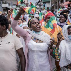 La gente camina con la bandera nacional en una calle mientras el primer ministro etíope Abiy Ahmed jura para un nuevo mandato de cinco años en Addis Abeba, Etiopía.   Foto:Amanuel Sileshi / AFP