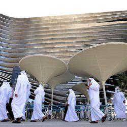 Visitantes caminan fuera del pabellón de la Sostenibilidad en la Expo 2020 en el Emirato del Golfo de Dubái.   Foto:Karim Sahib / AFP