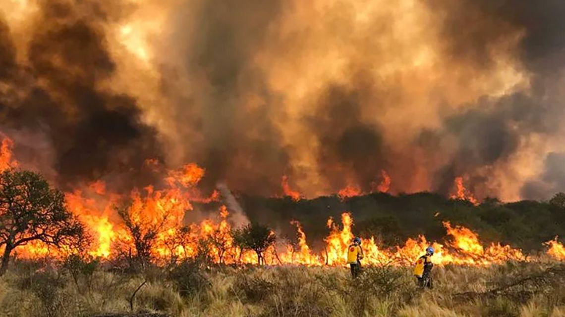 Equipos de bomberos continúan trabajando en los frentes de fuego que afectan los departamentos Tulumba, Sobremonte y Río Seco en el norte provincial.