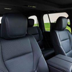El nuevo modelo cuenta con capacidad para 7 pasajeros en ambas versiones y presenta un renovado diseño de asientos que mejoran la ergonomía y la comodidad del viaje.