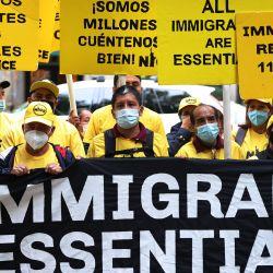 Activistas por los derechos de los inmigrantes se reúnen fuera de la residencia del senador Chuck Schumer en el barrio de Park Slope del distrito de Brooklyn en la ciudad de Nueva York. | Foto:Michael M. Santiago/Getty Images/AFP