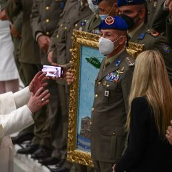 El Papa Francisco interactúa con oficiales de la Fuerza Aérea durante la audiencia general semanal en la sala Pablo-VI del Vaticano.   Foto:Filippo Monteforte / AFP