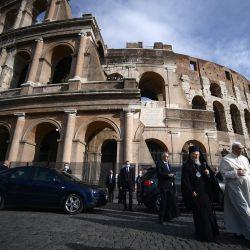 El Papa Francisco llega para una Oración y Encuentro por la Paz, promovido por la Comunidad de Sant'Egidio, junto al monumento del Coliseo en Roma. | Foto:Filippo Monteforte / AFP