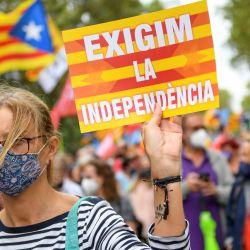 """Una manifestante sostiene un cartel con la leyenda """"Exigimos la independencia"""" durante una manifestación en Barcelona.   Foto:Josep Lago / AFP"""