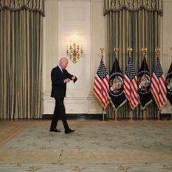 El presidente de Estados Unidos, Joe Biden, comprueba su reloj mientras entra en el Comedor de Estado antes de pronunciar un discurso en la Casa Blanca en Washington, DC.   Foto:Chip Somodevilla/Getty Images/AFP