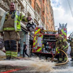 Imagen de bomberos limpiando las secuelas de una inundación después de las fuertes lluvias, en Knightsbridge, en el centro de Londres, Reino Unido.   Foto:Xinhua/Marcin Nowak/London News Pictures/ZUMAPRESS