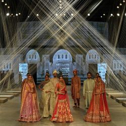 Modelos presentan creaciones del diseñador indio Tarun Tahiliani durante el desfile 'FDCI x Lakme Fashion Week' en Mumbai.   Foto:Indranil Mukherjee / AFP