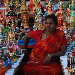 Un vendedor de ídolos que representan deidades y personajes de la mitología hindú espera a los clientes en un puesto durante el festival hindú Navaratri, en Chennai.   Foto:Arun Sankar / AFP