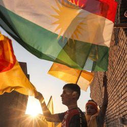 Kurdos iraquíes ondean banderas en un mitin electoral del Partido Democrático del Kurdistán (PDK) en la ciudadela de Arbil, capital de la región autónoma del Kurdistán iraquí. | Foto:SAFIN HAMED / AFP