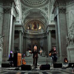 La cantante de rock, compositora, músico y poetisa estadounidense Patti Smith actúa durante la grabación de un concierto en el marco de la celebración del 50 aniversario de la emisora musical francesa FIP en el monumento del Panteón en París. | Foto:Alain Jocard / AFP