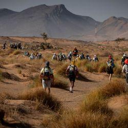 Los competidores participan en la Etapa 4 de la 35ª edición del Maraton des Sables entre Jebel El Mraier y Boulchrhal, en el sur del desierto del Sahara marroquí. | Foto:JEAN-PHILIPPE KSIAZEK / AFP