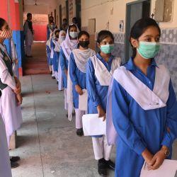 Los estudiantes hacen cola mientras esperan su turno para recibir una dosis de la vacuna de Pfizer contra el coronavirus Covid-19 en una escuela de Lahore después de que el gobierno iniciara una campaña para vacunar a los niños mayores de 12 años. | Foto:Arif Ali / AFP