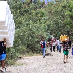 """Personas cruzan desde San Antonio del Táchira, en Venezuela, hacia Cúcuta, en Colombia, a través de """"trochas"""" -senderos ilegales- cerca del puente internacional Simón Bolívar.   Foto:Schneyder Mendoza / AFP"""