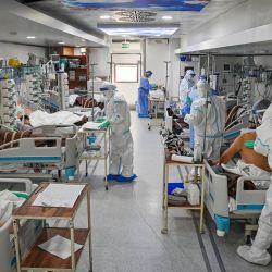 """Personal médico presta asistencia a los pacientes de Covid-19 en el interior de la unidad móvil de cuidados intensivos del """"Instituto de Neumofisiología Prof. Dr. Marius Nasta"""" de Bucarest, en medio de la actual pandemia de coronavirus COVID-19.   Foto:Daniel Mihailescu / AFP"""