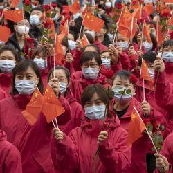 Trabajadores médicos de la provincia de Jilin participan en una ceremonia de despedida, en Harbin, provincia de Heilongjiang, en el noreste de China. Dos equipos médicos de la provincia de Jilin que vinieron a ayudar a Harbin en las pruebas de ácido nucleico abandonaron la ciudad el miércoles tras finalizar su trabajo. | Foto:Xinhua/Zhang Tao