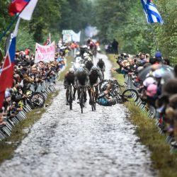 Un competidor cae durante la 118ª edición de la carrera ciclista clásica de un día París-Roubaix, entre Compiegne y Roubaix, en el norte de Francia. | Foto:FRANCOIS LO PRESTI / AFP