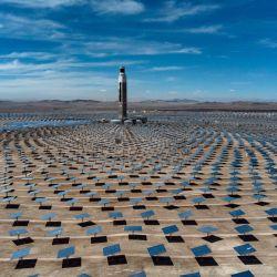 Vista aérea de una central termosolar en Antofagasta (Chile), la primera de América Latina. - La planta fotovoltaica, con una potencia instalada de 100 MW, consta de 392.000 paneles que captan la energía del sol para transmitirla directamente a la red. | Foto:Martin Bernetti / AFP
