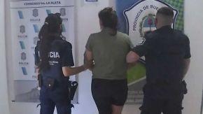 La joven que entró armada a una comisaría de La Plata, ya detenida.