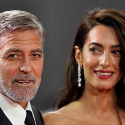El actor estadounidense George Clooney y su esposa, la abogada libanesa-británica Amal Clooney, posan en la alfombra roja a su llegada al estreno en el Reino Unido de la película 'The Temple Bar', durante el Festival de Cine BFI de Londres. | Foto:NIKLAS HALLE'N / AFP