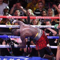 El retador estadounidense Deontay Wilder cae mientras el campeón de los pesos pesados del CMB, el británico Tyson Fury, lo noquea en el undécimo asalto de la pelea por el título de los pesos pesados en el T-Mobile Arena de Las Vegas, Nevada. | Foto:Robyn Beck / AFP