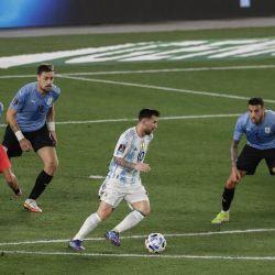 Lionel Messi toma el control de la pelota durante el partido de fútbol de clasificación sudamericana para la Copa Mundial de la FIFA Qatar 2022 contra Uruguay en el estadio Monumental de Buenos Aires. | Foto:Alejandro Pagni / AFP