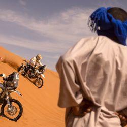 Los participantes compiten en el Rally de Marruecos 2021 en la región de Merzouga. | Foto:Fadel Senna / AFP