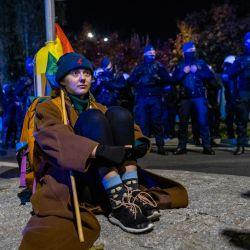 Un manifestante se sienta frente a la sede del partido PiS (Ley y Justicia) durante una manifestación a favor de la UE, tras una sentencia del Tribunal Constitucional contra la primacía del derecho de la UE en Polonia. | Foto:Wojtek Radwanski / AFP