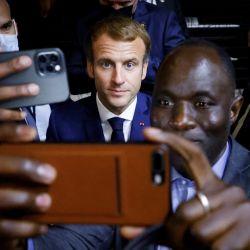 El presidente francés Emmanuel Macron posa para un selfie después de un partido de básquet durante una Cumbre África-Francia 2021 en Montpellier, sur de Francia. | Foto:Ludovic Marin / AFP