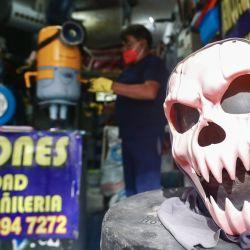 Imagen de una calavera sobre un calentador de agua reciclado en el taller de mantenimiento El Toro, en la Ciudad de México, capital de México. | Foto:Xinhua/Patricia Olivares