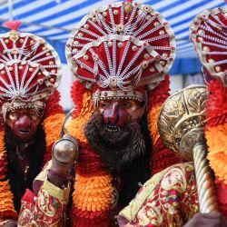 Devotos hindúes vestidos como la deidad hindú Lord Hanuman participan en una procesión para marcar el festival Navratri en Amritsar. | Foto:Narinder Nanu / AFP