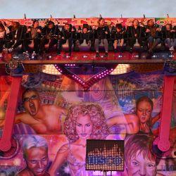 Los visitantes disfrutan de una atracción en la Feria de Hull. - La Feria de Hull, una de las mayores ferias itinerantes de Europa, regresó tras un paréntesis debido a la pandemia de coronavirus. | Foto:Paul Ellis / AFP