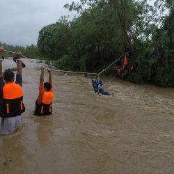 Esta foto muestra a los rescatistas evacuando a los residentes de sus casas cerca de un río crecido debido a las fuertes lluvias provocadas por la tormenta tropical Kompasu en la ciudad de Gonzaga, provincia de Cagayan, al norte de Manila. | Foto:Handout / AFP