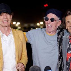 Mick Jagger, Keith Richards y Ronnie Wood de The Rolling Stones aterrizan en el aeropuerto de Hollywood Burbank antes de sus conciertos en el estadio SoFi. | Foto:Frazer Harrison/Getty Images/AFP