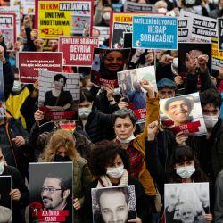 Unas personas sostienen pancartas y retratos de las víctimas durante una concentración para conmemorar los seis años de un doble atentado suicida, en el que murieron 104 personas, en Estambul. | Foto:Yasin Akgul / AFP