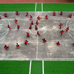 Vista aérea de estudiantes ensayando una presentación de tambores de cintura después de clase en la Escuela Primaria Da'er, en el distrito de Renze, en el norte de China. | Foto:Xinhua/Luo Xuefeng